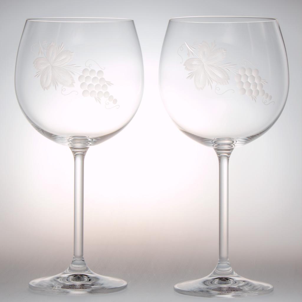 Weingläser mit Weinlaub